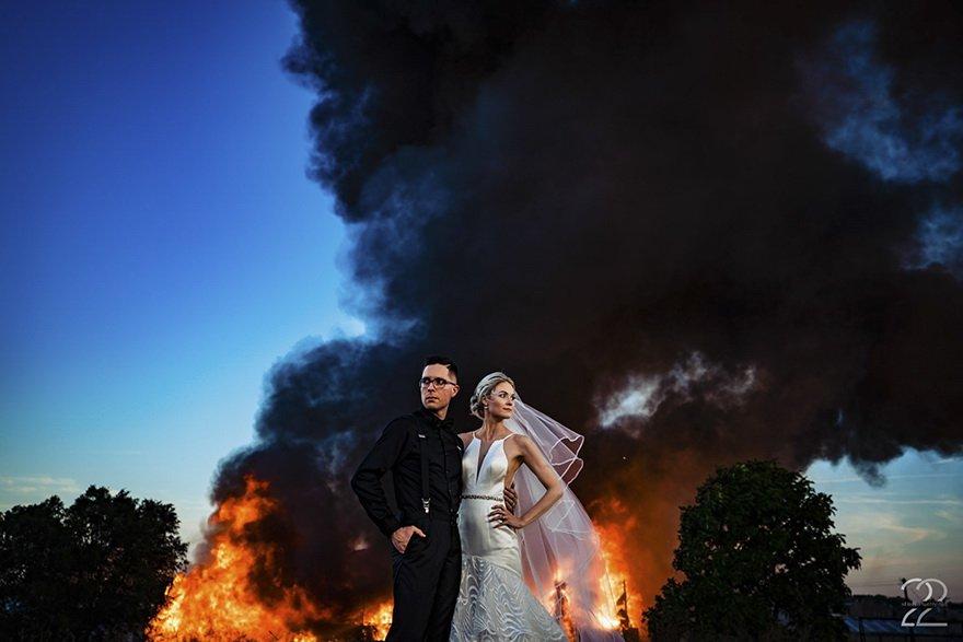 фото пары на фоне огня