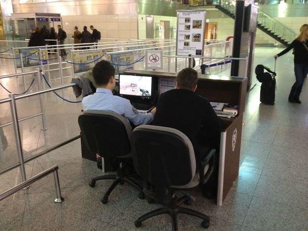 Прикольные снимки, которые можно сделать только в аэропорту (29 фото)
