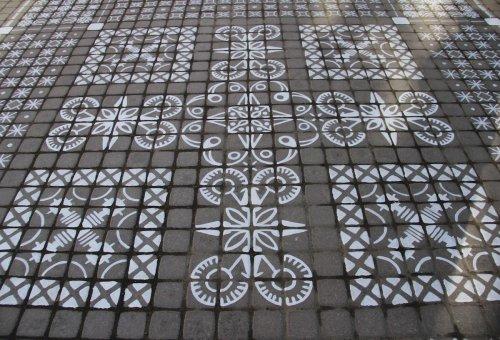 """Белые узорчатые """"ковры"""" художника Ali на улицах городов (8 фото)"""