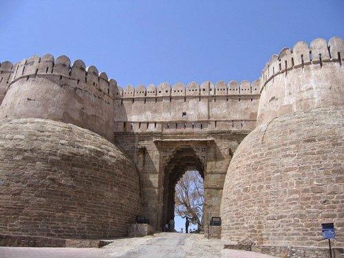 Великая стена форта Кумбхалгарх (10 фото)