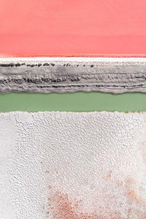 Абстрактный ландшафт: аэроснимки красочных соляных прудов (15 фото)