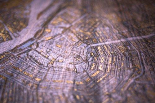 Деревянные кофейные столики со светящимися в темноте картами известных городов (9 фото)