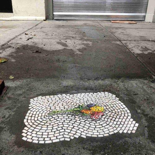 Уличный художник решает проблему с ямами на дорогах с помощью мозаики (9 фото)