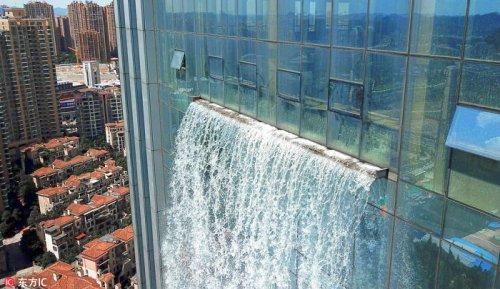 В Китае построили небоскрёб с ниспадающим водопадом (10 фото)
