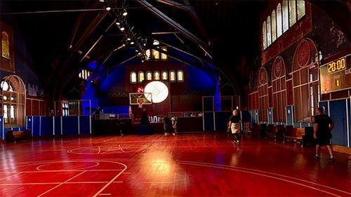 Компания NIKE превратила бывшую церковь в баскетбольную площадку (6 фото)