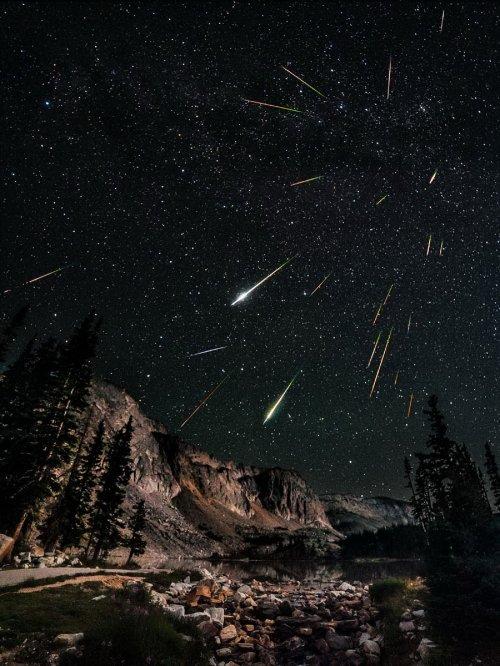 В эти выходные метеорный поток обещает показать захватывающее шоу в ночном небе! Спешите загадать желание!