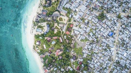 Фотограф использует дрон, чтобы снять социальное неравенство по всему миру (11 фото)