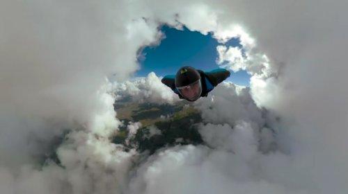 Захватывающие видеокадры: вингсьют-пилоты пролетают сквозь облачный тоннель