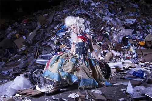 Модная коллекция, полностью созданная из мусора, собранного на пляжах (7 фото)
