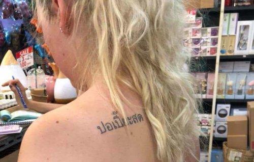 Туристка в Таиланде сделала эпичное тату в виде надписи на тайском (2 фото)