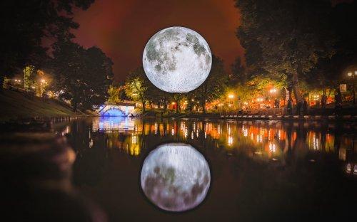 Музей Луны: 7-метровая копия Луны путешествует по миру (6 фото)