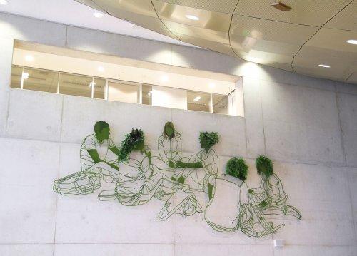 Крупномасштабная стальная композиция, украшенная живыми растениями (9 фото)