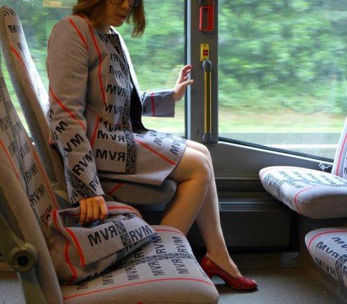 Дизайнер из Германии шьёт одежду Haute Couture из ткани для обивки автобусных сидений (7 фото)