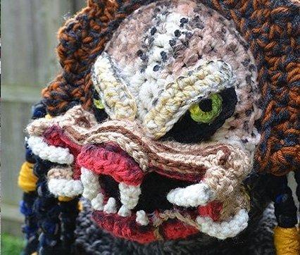 Мать связала своему сыну костюм Хищника на Хэллоуин, и теперь ему точно будет теплее всех на празднике