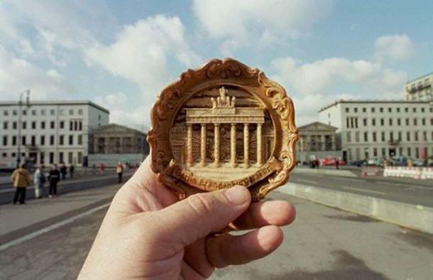 Фотограф делает оригинальные фотографии с помощью сувениров, заменяя и
