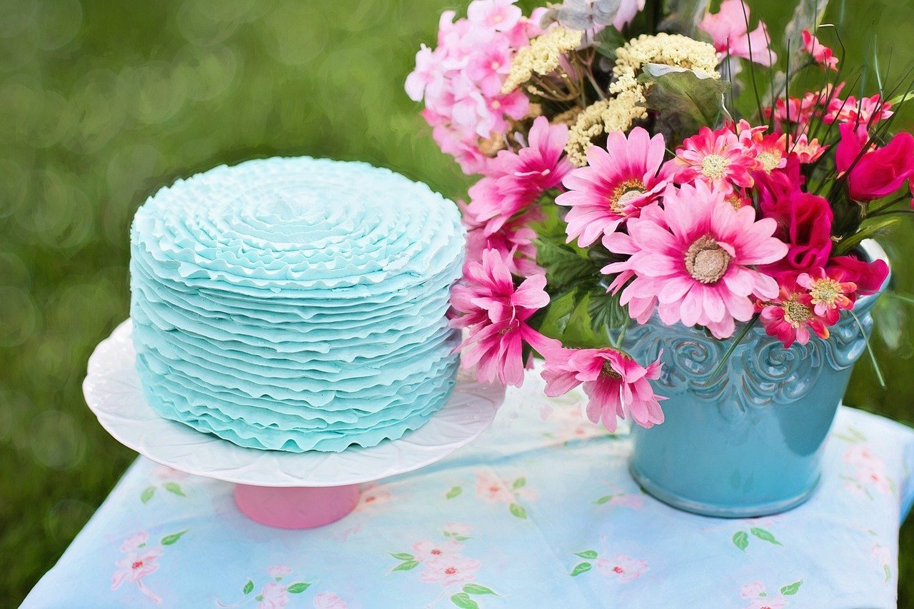 Торт и цветы открытка