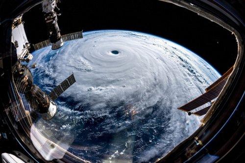 """""""Как будто кто-то вытащил из планеты гигантскую пробку"""": немецкий космонавт показал, как выглядит из космоса супертайфун Трами (4 фото)"""