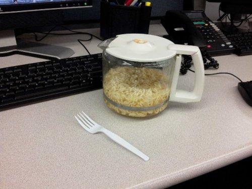 Офисные работники показывают свои обеды за рабочим столом (20 фото)