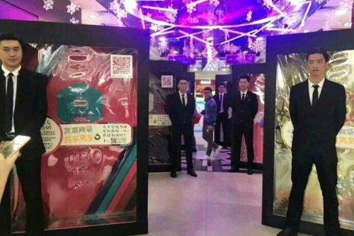 """В торговых центрах Китая можно арендовать """"магазинного бойфренда"""", если скучно заниматься шоппингом одной (3 фото + 2 видео)"""