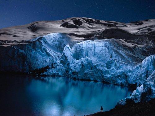 Захватывающая дух красота ледников, освещённых дронами (6 фото)