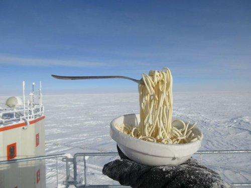 Учёный, работающий в Антарктиде, показал, как выглядит приготовление еды на 70-градусном морозе (9 фото)
