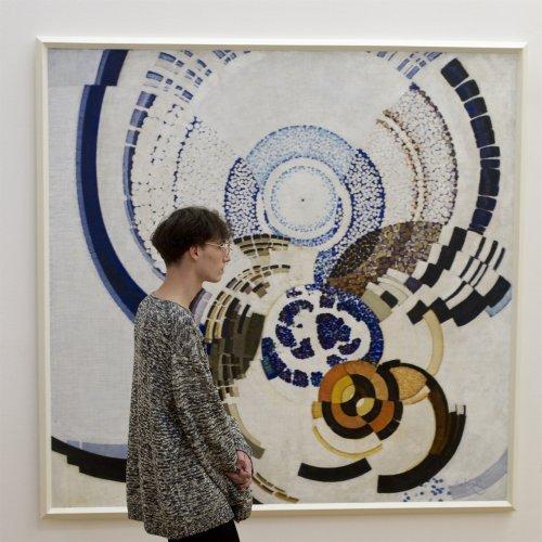 Посетители музеев, гармонично выглядящие на фоне картин (24 фото)