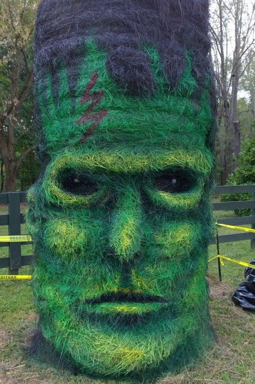 Художник превращает тюки прессованного сена в трёхмерные скульптуры на Хэллоуин (12 фото)