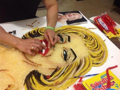 Портреты знаменитостей из тысяч конфет и сладостей (23 фото)
