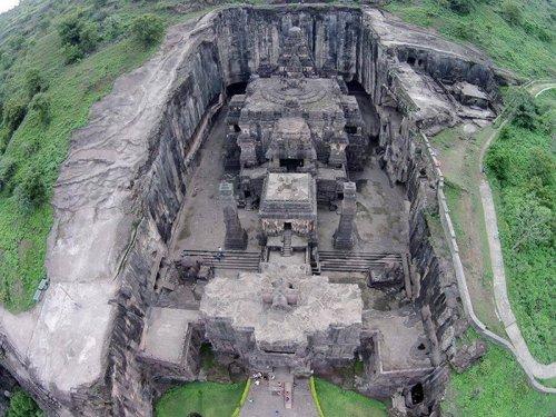 Этот храм, высеченный в скале 13 веков назад, можно смело считать 8-м чудом света (10 фото)