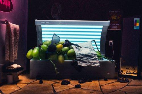 Изюм — в солярии, попкорн — на электрическом стуле: финский художник представил альтернативные способы производства продуктов (5 фото)