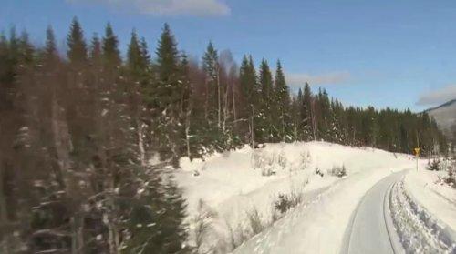 Поезд, неспешно едущий по зимним норвежским просторам: идеальное потоковое видео для тех, кто решил сделать паузу