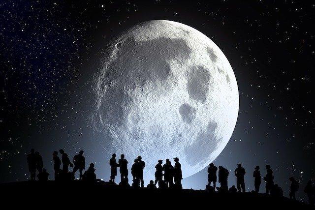ТОП-10: Безумные теории о Луне