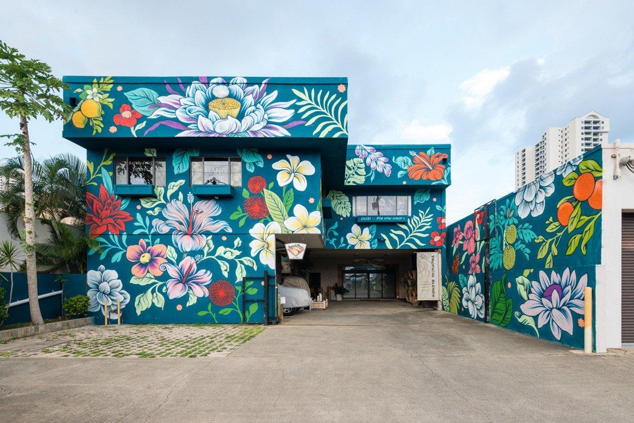 Художница превращает улицы городов в красочные цветочные сады (10 фото