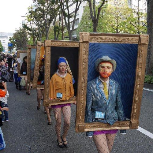 Во время ежегодного Хэллоуинского парада в Кавасаки по улице прошлись... знаменитые картины (4 фото + видео)