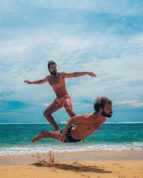 Новый фотошоп-баттл в Интернете: весёлые сёрферы (13 фото)