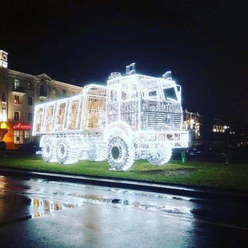 В Минске установили световую инсталляцию в виде МАЗа (6 фото)