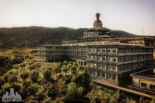 Былая роскошь и величественная красота крупнейшего заброшенного отеля в Японии (22 фото)