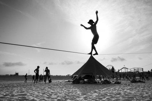 С помощью вынужденной перспективы фотограф превращает обычные пляжи в страну гигантов (19 фото)