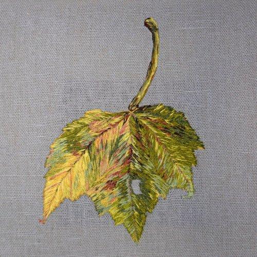 С помощью вышивки художница проиллюстрировала то, что делает осень осенью (7 фото)