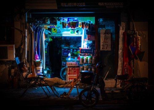 """""""Ночная смена"""": иллюминированный взгляд на ночные магазинчики и палатки Шанхая (10 фото)"""