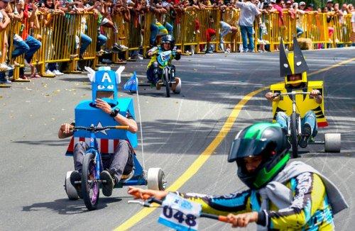 Весёлый конкурс самодельных транспортных средств на фестивале в Медельине (11 фото)
