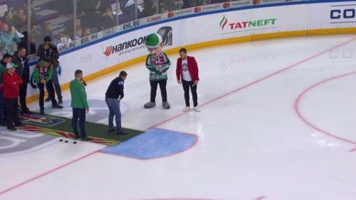"""Болельщик """"Ак Барса"""" попал в крошечное отверстие перед воротами и выиграл миллион рублей"""