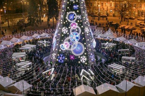 В Вильнюсе установили рождественскую ёлку, украшенную гирляндами длиной более 5 километров. Сверху она похожа на часы (5 фото)