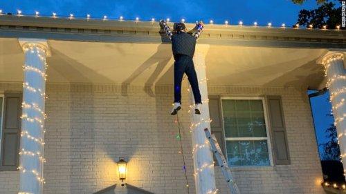 Фильм «Рождественские каникулы» вдохновил семью на создание инсталляции, вызвавшей панику у прохожего (3 фото)