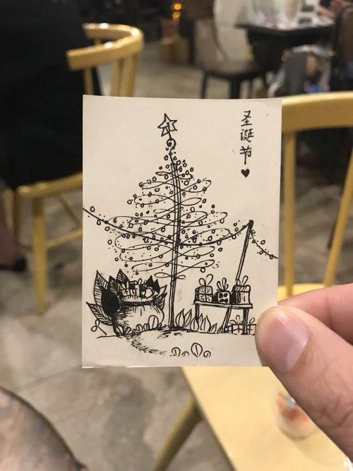 Отдыхая в любимой кофейне, вьетнамец начал рисовать рождественские ёлки. Получилась целая коллекция (24 фото)