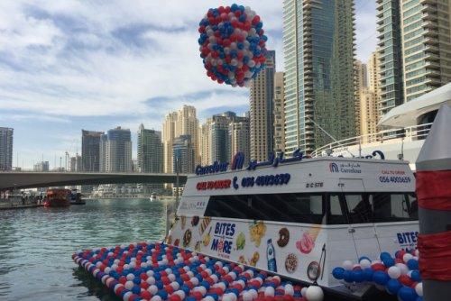 В Дубае представили первый в мире плавучий супермаркет (2 фото)