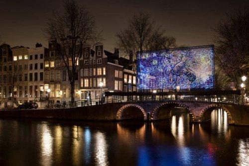 Амстердамский фестиваль света украсил городские улицы световыми инсталляциями (9 фото)