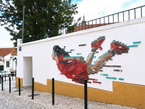"""Художница """"вышила крестиком"""" настенный рисунок в Лиссабоне (6 фото)"""