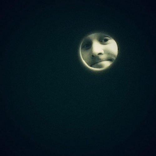 """Притворись Луной: Интернет-пользователи делают """"лунные селфи"""" через рулон туалетной бумаги (18 фото)"""
