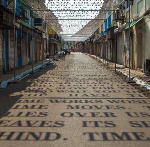 Солнечный свет отбрасывает тени в виде фраз о теории времени в уличной инсталляции индийского стрит-арт художника DAKU (6 фото)